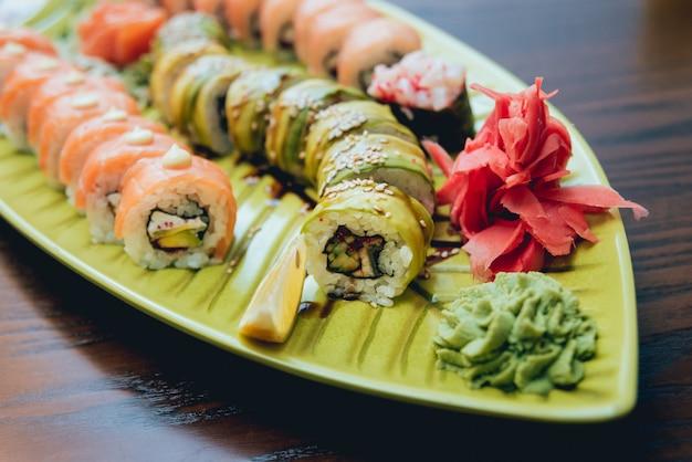 Sushi i bułki z łososiem, krewetkami, awokado, twarogiem.