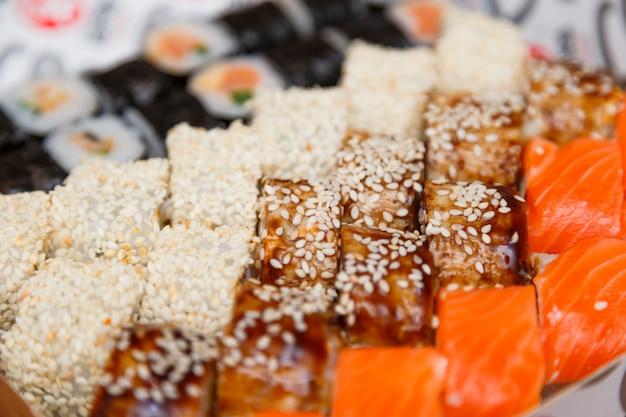 Sushi i rolki duży zestaw bliska widok.