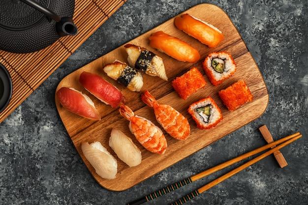 Sushi i sushi rolki na drewnianym talerzu, widok z góry
