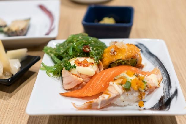 Sushi jest umieszczane w białym naczyniu.