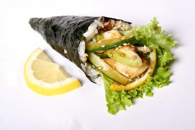 Sushi na białym tle