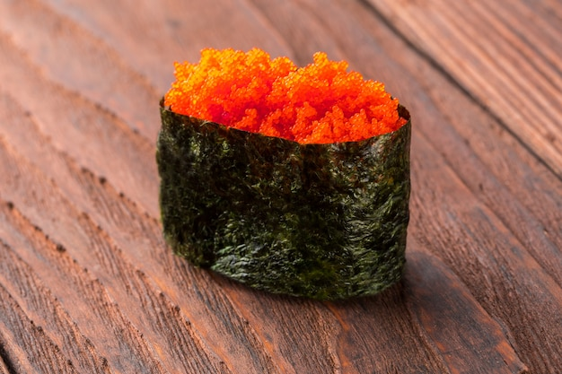 Sushi na drewnianym stole