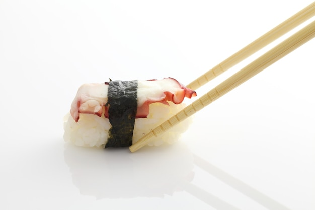 Sushi ośmiornicy na talerzu
