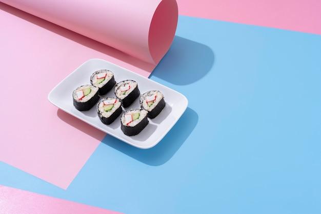 Sushi pod wysokim kątem na ułożeniu talerzy