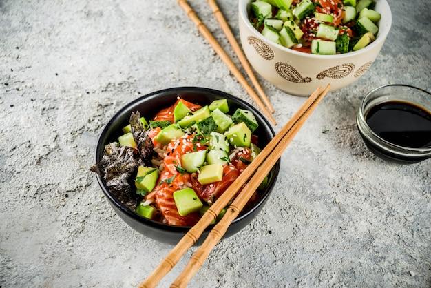 Sushi poke bowl, azjatyckie jedzenie