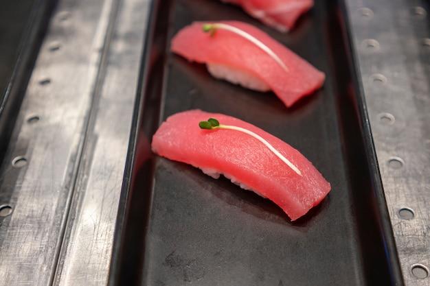 Sushi przed rybą umieszczoną na tacy, japońska restauracja