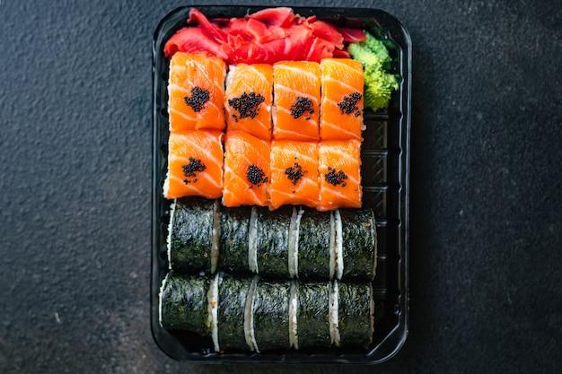 Sushi rolki łosoś ryba latająca ryba ikra warzywa