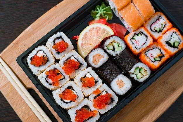 Sushi rolki na drewnianej desce widok z góry