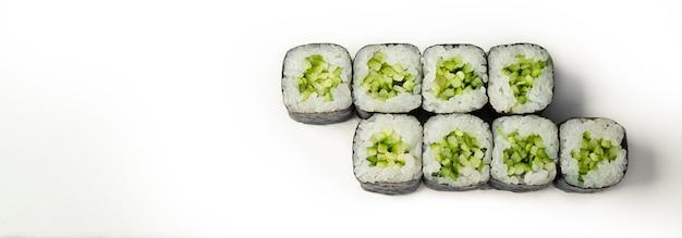 Sushi rolki z ogórkiem na białym tle