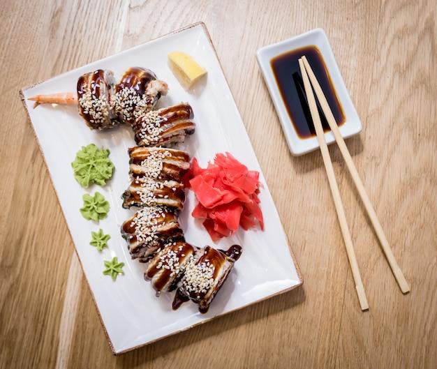 Sushi roll green dragon z awokado, ell, wasabi i imbirem. restauracja.