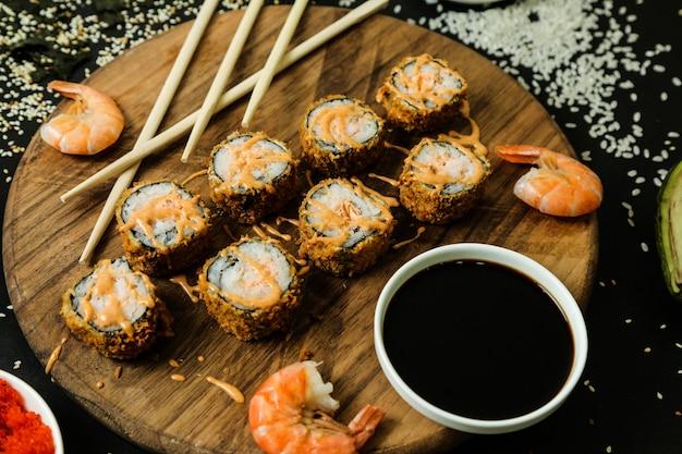 Sushi roll na biurku z sosem widok z góry