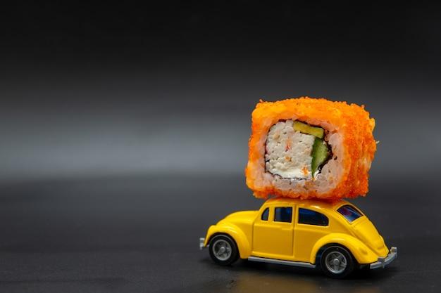 Sushi roll na wierzchu żółtego autka
