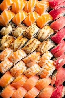 Sushi roll owoce morza maki łosoś tuńczyk ryż nori kuchnia azjatycka
