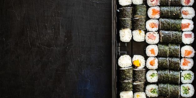 Sushi roll owoce morza maki susi łosoś tuńczyk ryż nori wasabi sezam azjatyckie jedzenie
