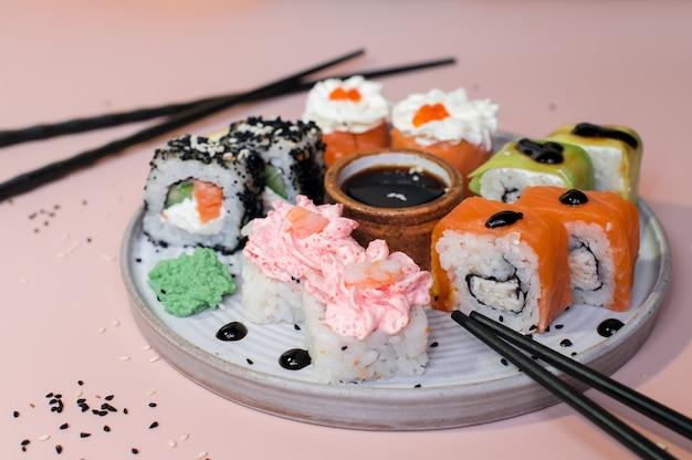 Sushi roll sushi z krewetką, łososiem, twarożkiem, awokado. menu sushi. japońskie jedzenie