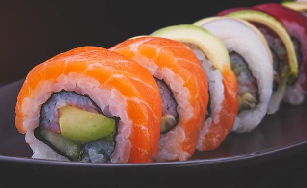 Sushi roll z łososiem i innymi rybami.