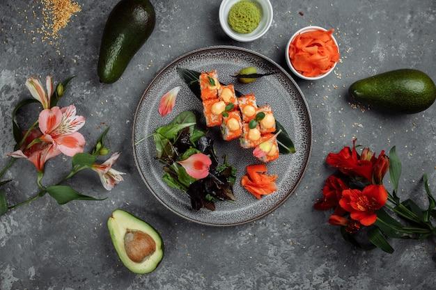 Sushi roll z łososiem, tuńczykiem, awokado, krewetką królewską i serem