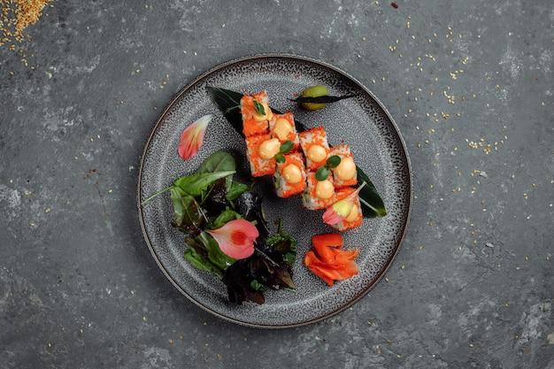 Sushi roll z łososiem, tuńczykiem, awokado, serkiem z krewetkami królewskimi, kawior philadelphia, tobica chuka. sushi