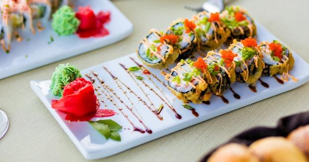 Sushi roll z łososiem, węgorzem, tuńczykiem, awokado, królewską krewetką, twarogiem philadelphia, kawior tobica, chuka.
