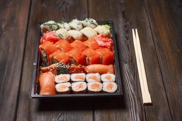 Sushi rolls japońska tradycja drewniany zestaw przysmak