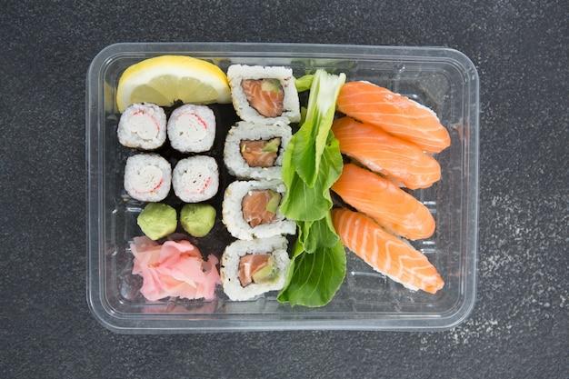 Sushi rolls z łososiem