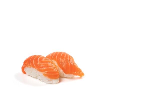 Sushi salmon, japońska tradycyjna kulka ryżowa z kawałkiem świeżego łososia na wierzchu