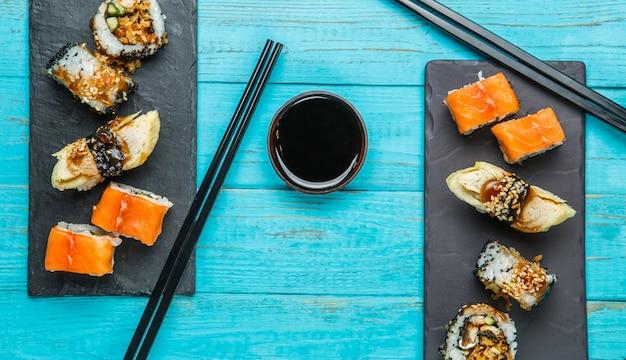 Sushi serwowane przy niebieskim stole