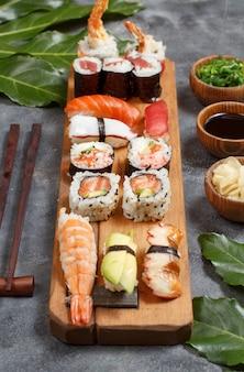 Sushi set nigiri i sushi rolki na drewnianej tacy z bliska