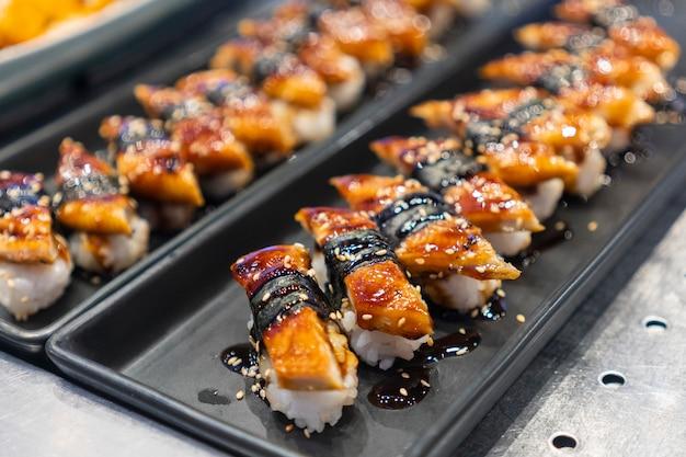 Sushi umieszczone na tacy, japońska restauracja