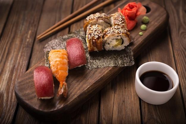 Sushi ustawione na drewnianej tacy