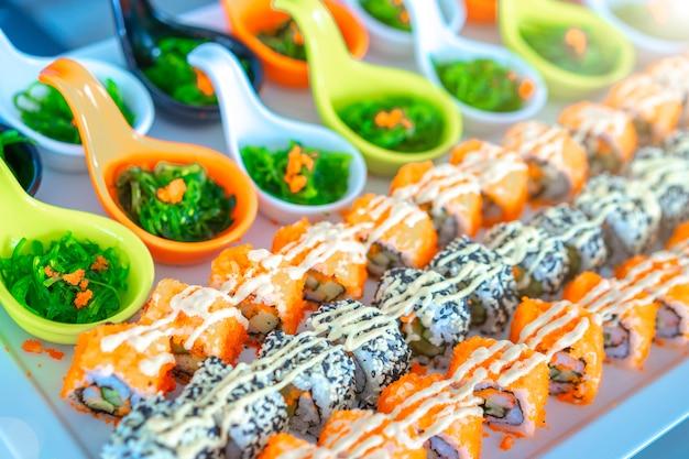 Sushi ustawione na tacy gotowe do jedzenia, japońskie jedzenie.