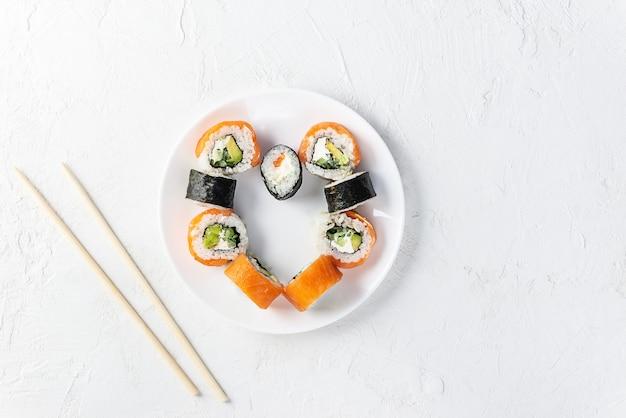 Sushi w formie serca na białym talerzu, walentynki.