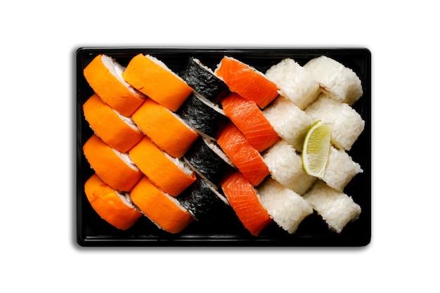 Sushi w plastikowym pojemniku na białym tle. koncepcja dostawy sushi.