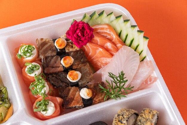 Sushi w pojemniku styropianowym na stole