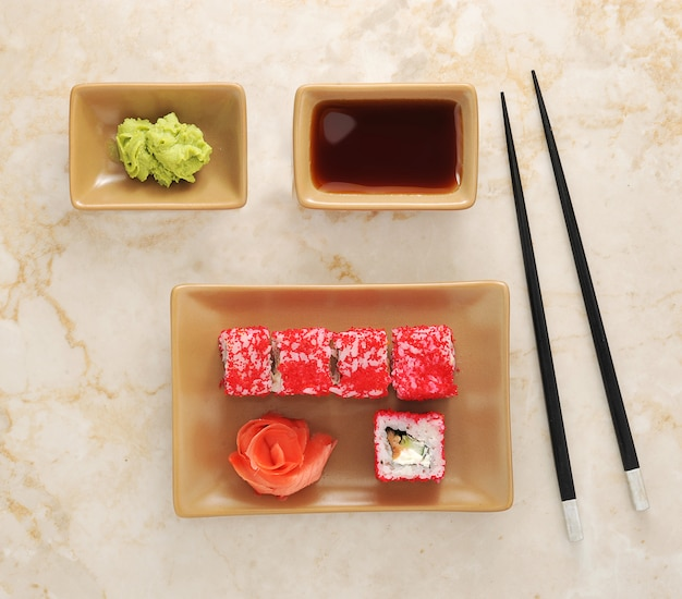 Sushi, wasabi, sos sojowy i pałeczki do sushi