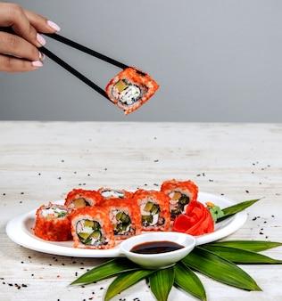 Sushi z awokado i czerwonym kawiorem