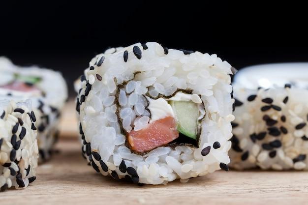 Sushi z białego ryżu, pstrąga i awokado