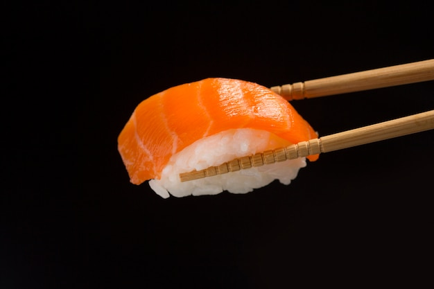 Sushi z bliska, japońskie jedzenie na czarno