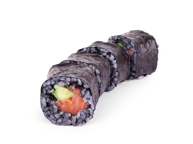 Sushi z czarnym ryżem na białym tle