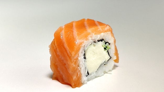 Sushi z filadelfii z łososiem. japońskie jedzenie.