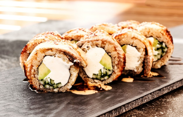 Sushi z filadelfii z węgorzem japońskim, dania kuchni panazjatyckiej, menu