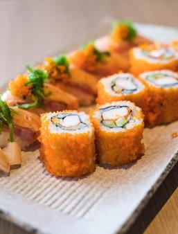 Sushi z łososia i łososia maki