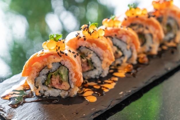 Sushi z łososia w rolkach z foie gras