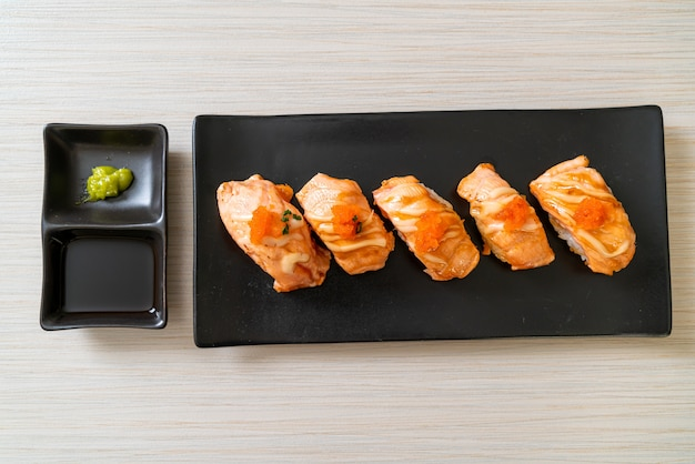 Sushi z łososia z grilla na czarnym talerzu - po japońsku