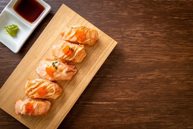 Sushi z łososia z grilla na płycie drewna