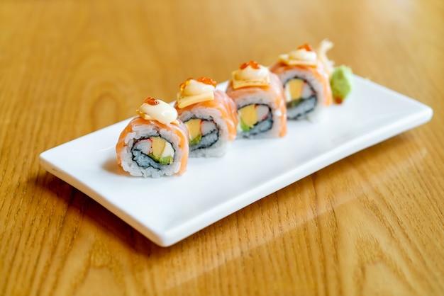 Sushi z łososiem i serem na wierzchu - po japońsku