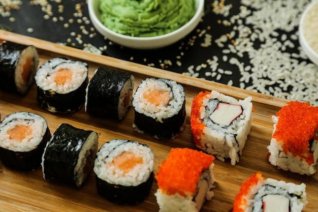 Sushi z ogórkiem, imbirem, wasabi i sezamem