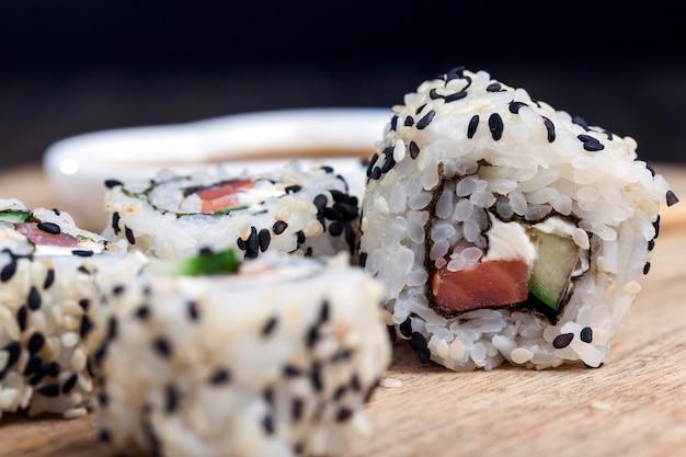 Sushi z ryżu i pstrąga