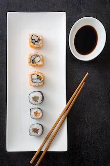 Sushi z sosem sojowym i chopstick na czarny widok z góry