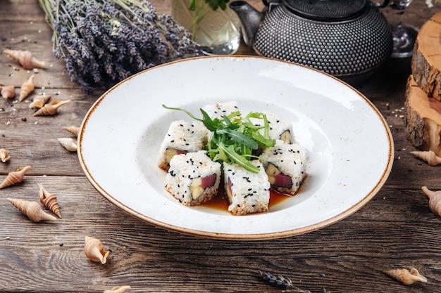 Sushi z tuńczykiem w rolkach ryżowych z sezamem i sosem sojowym